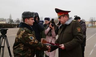 Министр обороны вручил воинам-десантникам медали «За отвагу»