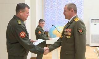 Министр обороны Беларуси вручил погоны офицерам Вооруженных Сил