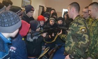 В Гомеле школьники познакомились со службой в армии