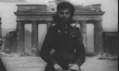 Советская регулировщица у Бранденбургских ворот. Военная хроника