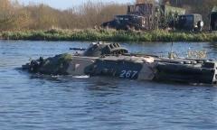 Десантники преодолевают водную преграду