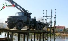 Военные инженеры наводят новый мост через Неман
