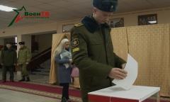 Военнослужащие принимают участие в голосовании на Парламентских выборах