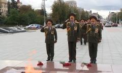 Возложение цветов к монументу Победы
